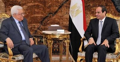 パレスチナ自治政府のアッバス議長(左)は、7月7日、カイロで、エジプトのシシ大統領と停戦実現の方策について話し合った。