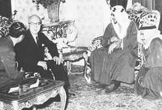 President Taro Yamashita meeting with the King of Saudi Arabia, December 10, 1957. After several months of difficult negotiations, the Japanese oil export company and the Saudi Arabian government signed an interest agreement for an oil development in an area off the neutral zone of Kuwait, Saudi Arabia. Arabian Oil Company History I