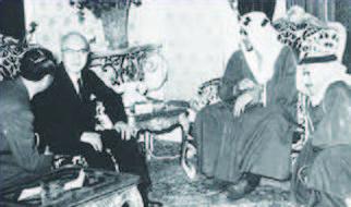 サウード国王に謁見する山下太郎社長、1957年12月10日、数ヶ月におよんだ難交渉の末、日本輸出石油とサウディアラビア政府との間で、サウディアラビア・クウェイト中立地帯沖合の利権区域における石油開発に関する利権協定に調印(アラビア石油社史I 「砂漠に根をおろして」)