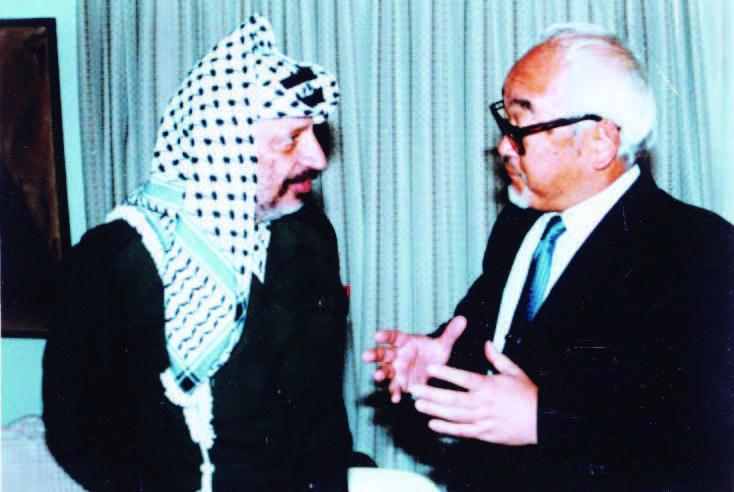 駐UAE大使時代、PLOアラファト議長との会談写真(1987年、UAEアブダビにて)